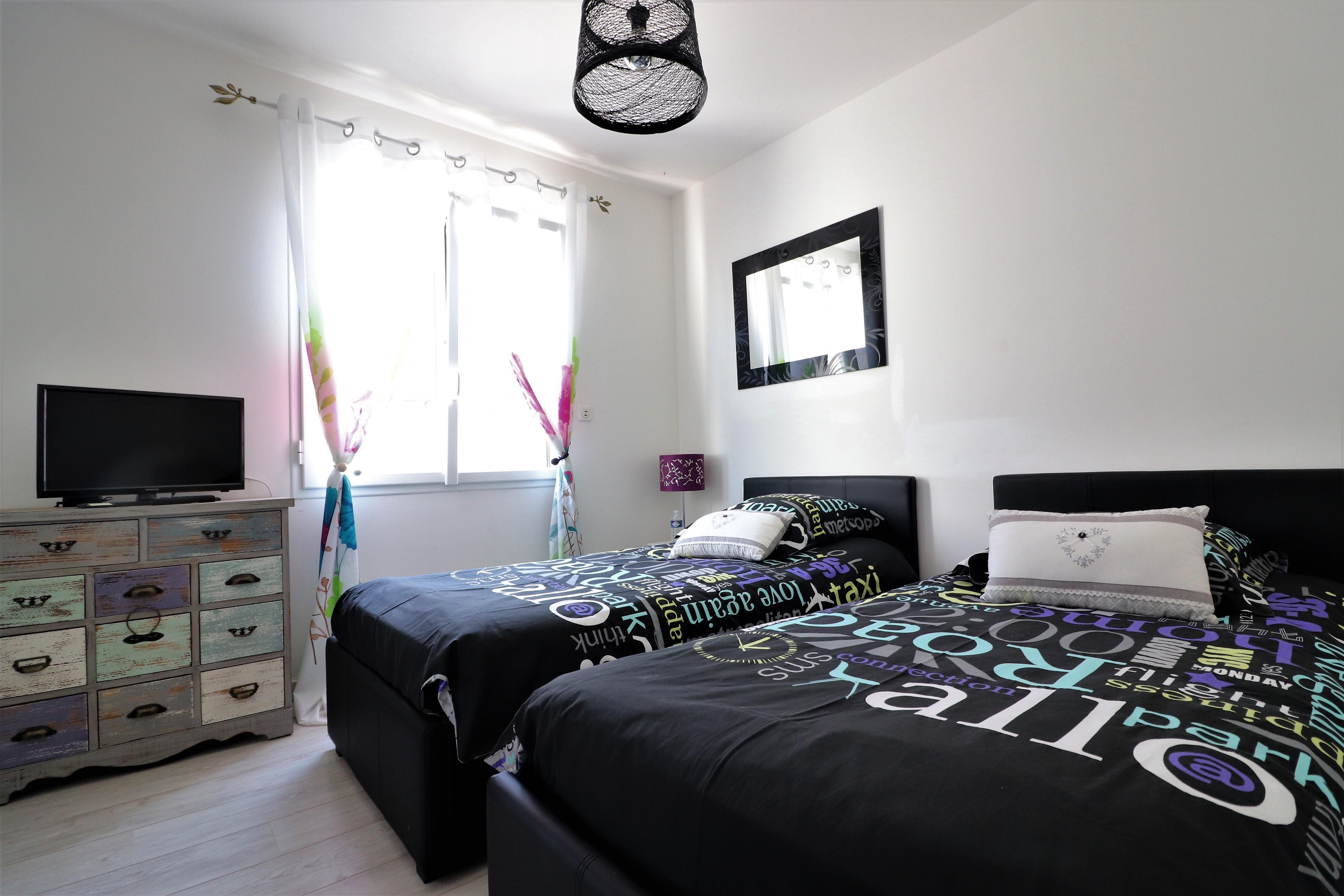 chambre familiale 2 / 2 lits de 90 X 190 pouvant faire un lit de 180 x 190 / 2 chevets ,télévision / dressing .